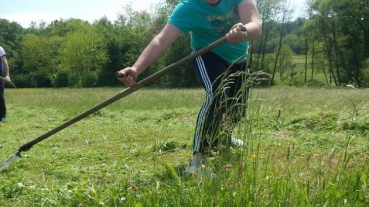 Accident teribil în Botoșani! Un bărbat a fost la un pas să-și taie piciorul cu o coasă