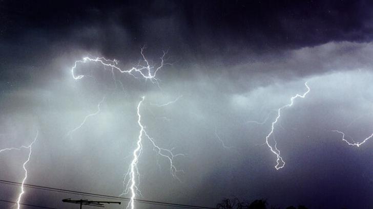 Avertizare METEO. COD GALBEN: ploi puternice, descărcări electrice, grindină, vânt
