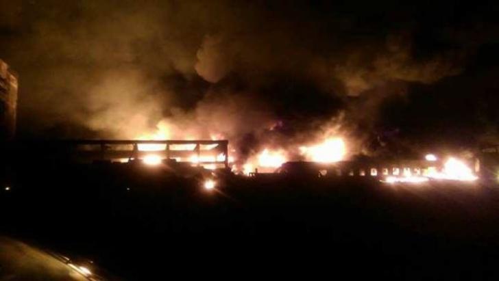 GALERIE FOTO. Imagini apocaliptice, după incendiul violent care a cuprins o fabrică din vestul ţării