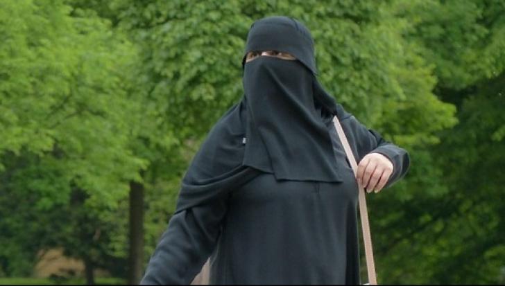 Berlin: O femeie în haine islamice a atacat vânzătoarea unui magazin. Motivul este HALUCINANT