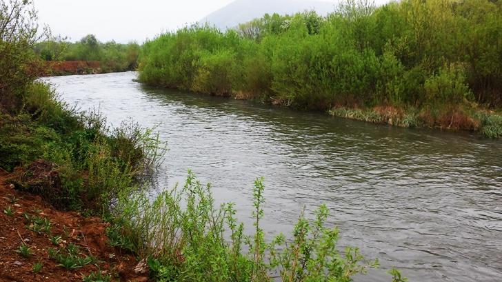 Șocant! O mamă și-a abandonat copilul într-un râu, la câteva ore după naștere