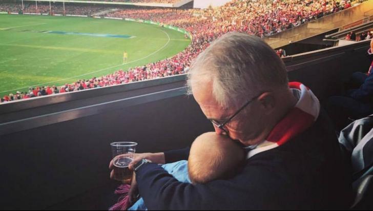Fotografia cu un premier care scandalizează o ţară: cu berea într-o mână şi bebeluşul în alta