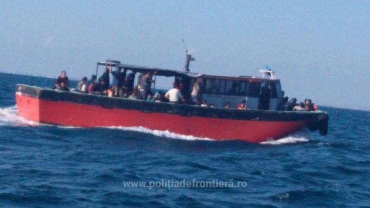 O navă cu 87 de refugiaţi, interceptată în apropierea ţărmului românesc al Mării Negre