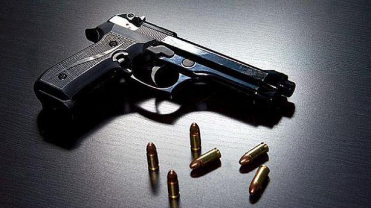 Un copil şi-a împuşcat mama în cap, după ce a găsit o armă încărcată în casă