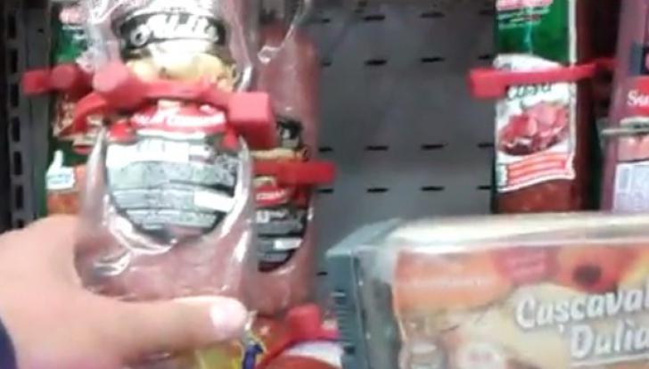 Salam cu antifurt și cașcaval închis în cutii blindate, într-un supermarket din Constanţa