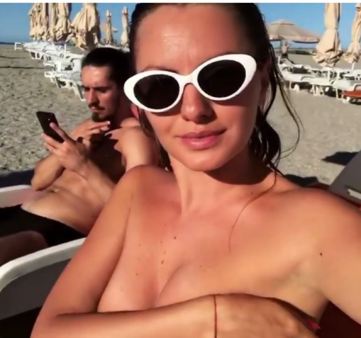 Au zărit o blondă topless pe plajă, la final de sezon. S-au uitat mai bine la ea, era Alexandra Stan