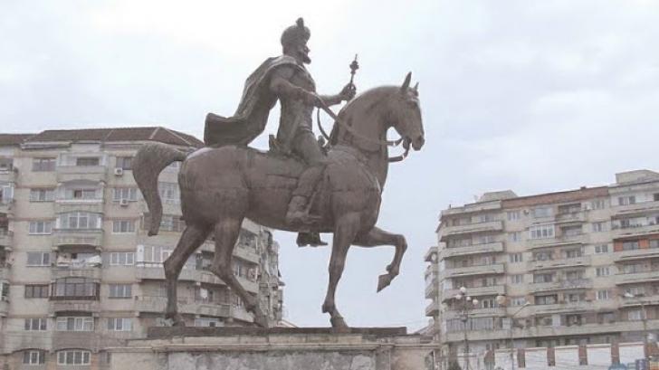 FOTO. Statuia lui Mihai Viteazu, transformată în KITSCH. Cum arată după restaurare