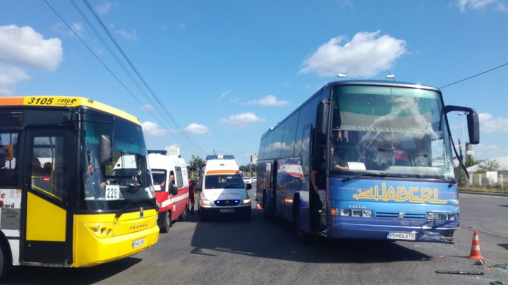 Autocar cu 50 de persoane implicat într-un accident, la Ploieşti. O femeie se află în comă