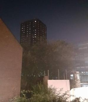 Imaginea care a speriat oamenii din Londra. Ce a apărut la geamurile blocului care a ars acum 3 luni