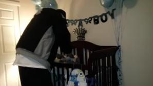 A intrat în cameră şi şi-a văzut soţul aplecat peste pătuţul copilului. Când s-a întors, a îngheţat!