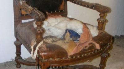 Scaunul, vechi și rupt, l-a primit gratis. Abia când i-a smult căptușeala a găsit comoara