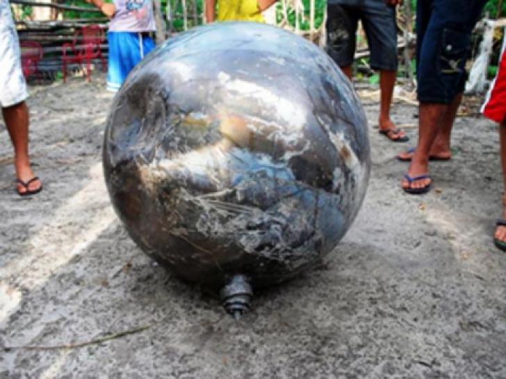 O sferă din metal a căzut din cer. Oamenii s-au adunat ca la urs să vadă OZN-ul