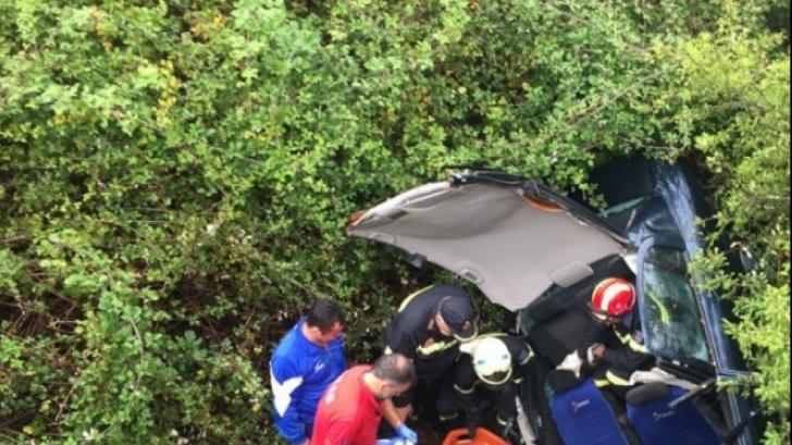 GRAV accident rutier - o şoferiţă a căzut într-o râpă adâncă de 25 de m, la Sinaia