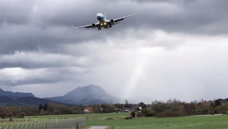 VIDEO DRAMATIC. Aterizare ratată pe furtună: avionul atinge pista apoi decolează din nou, în Austria