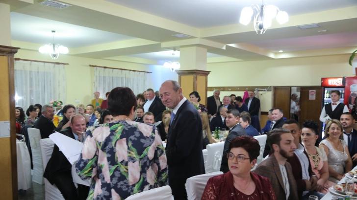 Un primar din Maramureş şi-a organizat nunta în 7 sate, cu 2 000 de oameni. Udrea, Băsescu, prezenţi