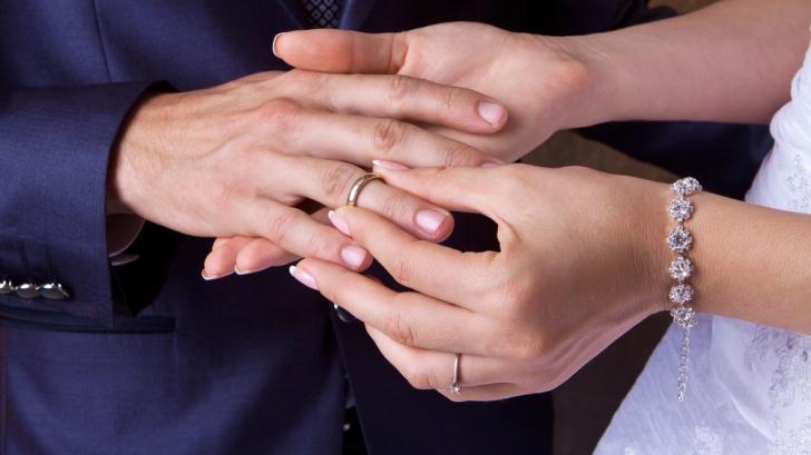 De ce nu este bine să porți verigheta pe degetul mijlociu. Este mare păcat și duce la...