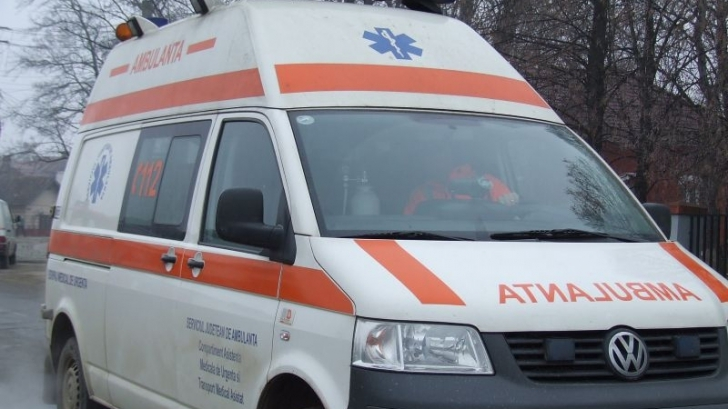A chemat ambulanța și le-a spus medicilor că ar fi căzut într-un cuţit. Ce au descoperit poliţiştii