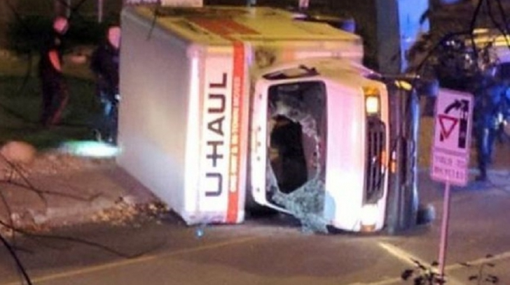 """Atacuri """"teroriste"""" în Canada. O mașină a intrat în pietoni. Un polițist, înjunghiat"""