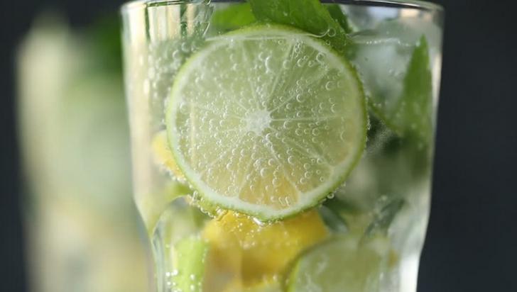 De ce NU trebuie să adaugi gheață și lămâie în băuturi. Sunt foarte periculoase!