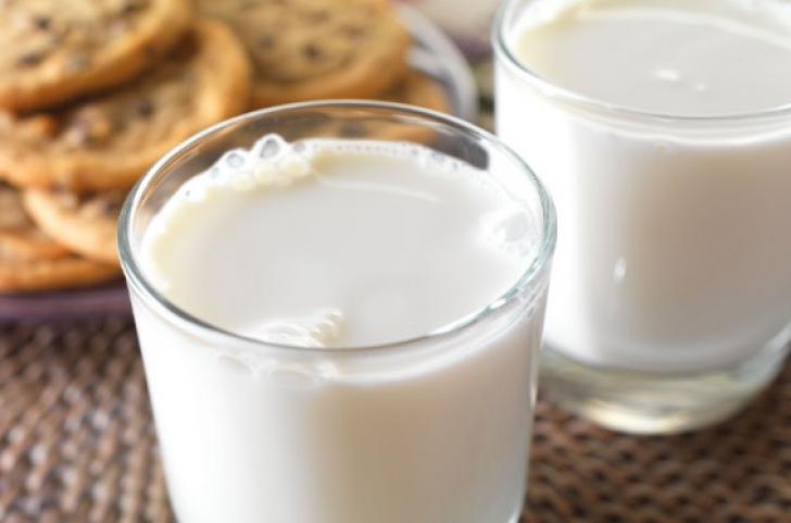 Cum să consumi CORECT alimentele. Combinaţiile INTERZISE cu lapte