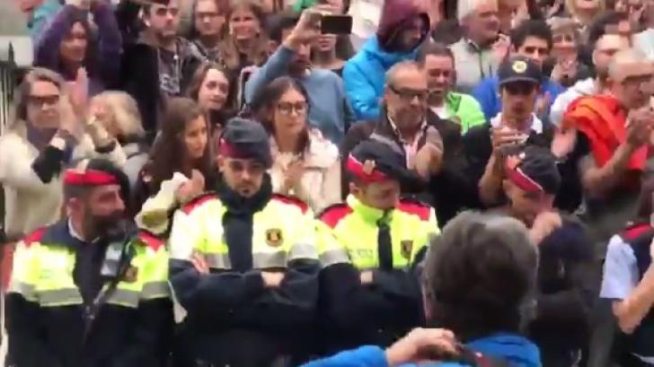 Moment emoţionant. Un poliţist catalan izbucneşte în lacrimi în timp ce apără votanţii. Ce a urmat