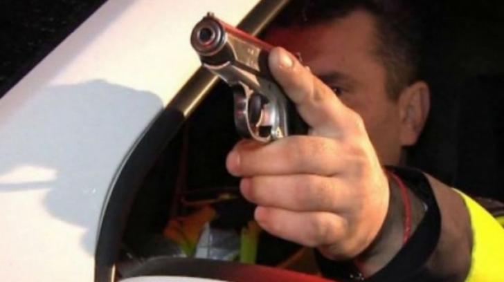 Focuri de armă și un polițist luat pe capotă, în Galați. Șoferul a fugit de la locul faptei