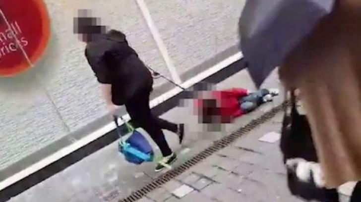 Imagini scandaloase! Femeie filmată târându-şi propriul copil cu lesa, pe stradă