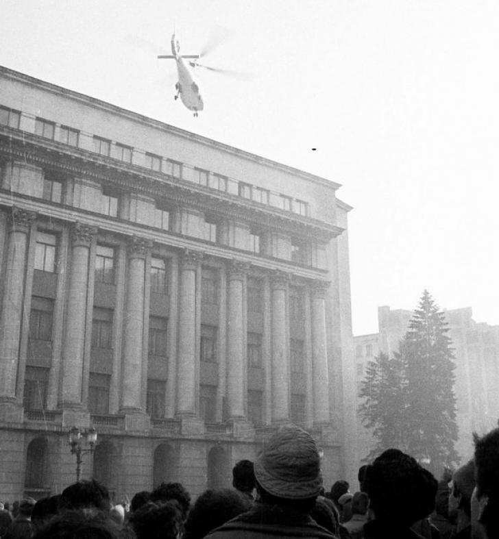 Decolarea elicopterului in care se aflau Nicolae Ceausescu si Elena Ceausescu pe 22 decembrie 1989. Foto: site-ul agerpres.ro