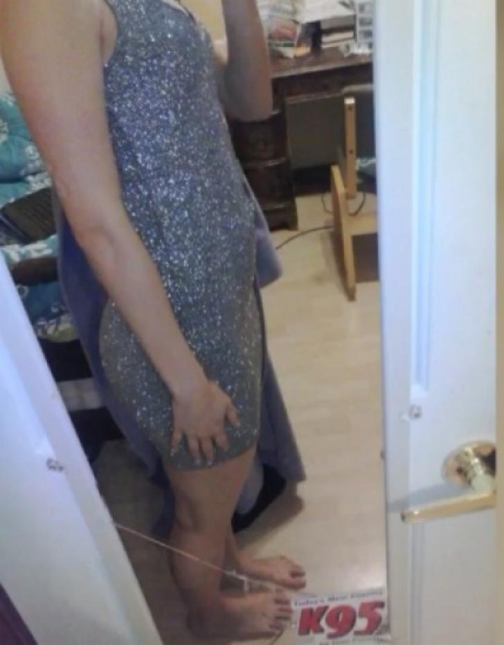 Era entuziasmată de balul de absolvire. A îmbrăcat o rochie provocatoare. Au dat-o afară imediat