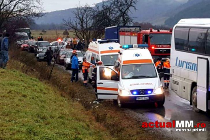 ACCIDENT CUMPLIT în Maramureş: 17 victime, după o coliziune între un TIR şi un autocar