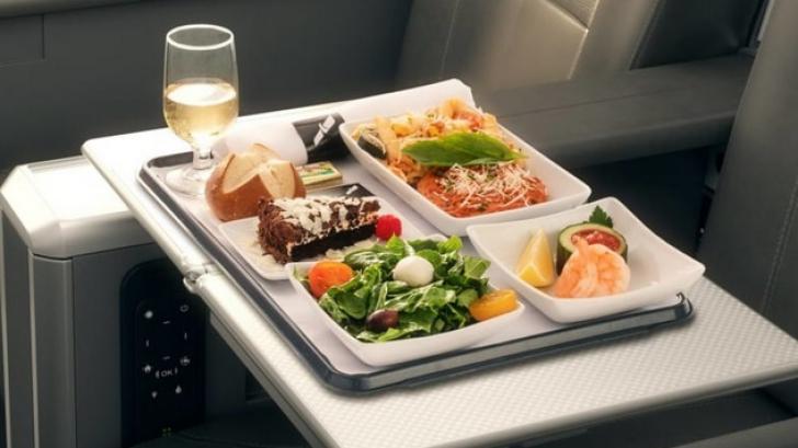Singurele două alimente pe care ar trebui să le mănânci în timpul călătoriei cu avionul