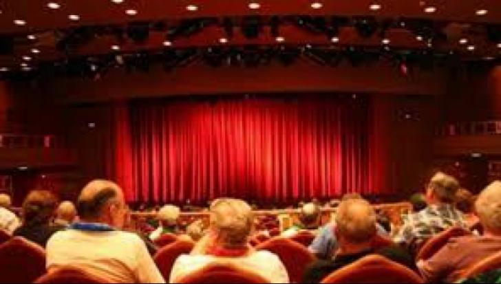 Stătea pe un scaun și se uita la o piesă de teatru. Ce a urmat este ȘOCANT