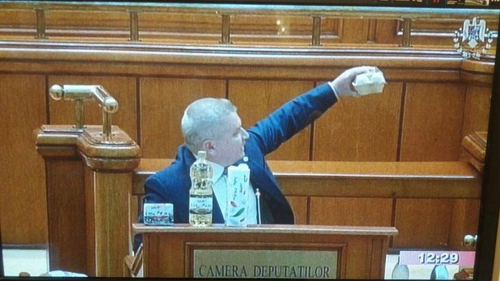 Opoziția i-a trântit premierului mercurialul scumpirilor. Oul, armă de atac în Plen