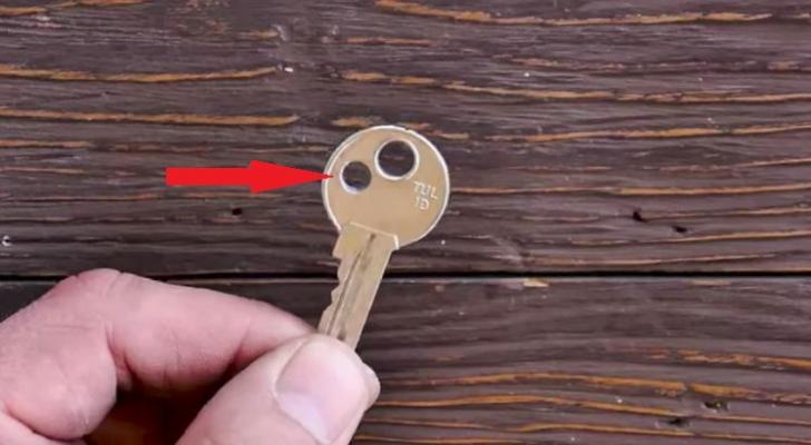 Motivul ascuns pentru care unii oameni mai fac o gaură în cheia de la apartament