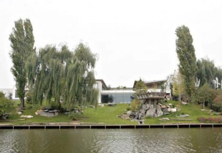 Iată cum arată vila lui Cristi Chivu de lângă Bucureşti și cu cât vrea să o vândă!