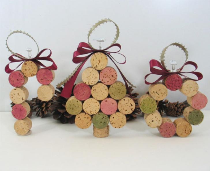 Cum se fac decoraţiuni de brad superbe, folosind dopuri de vin, nasturi, becuri arse sau ziare