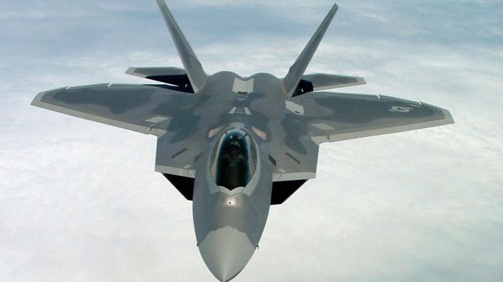 FOTO. Echipajul unui avion militar american a fost suspendat. Iată ce au desenat pe cer