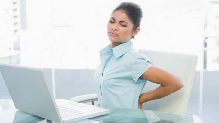 Ce se petrece în corpul tău când stai cocoșat la birou
