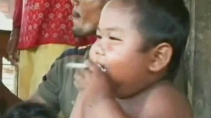 VIDEO. Cum arată acum băiețelul care la doi ani fuma mai mult de un pachet de țigări pe zi