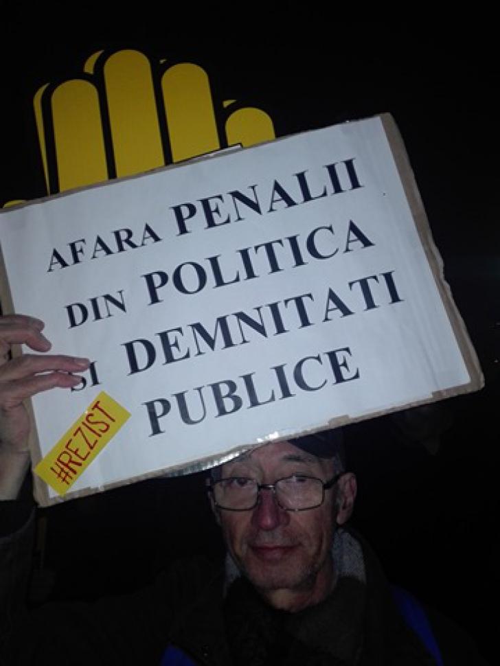 """Cele mai amuzante pancarte de la protestul din Piaţa Victoriei: """"Dragă OLAF, ne scapi de Dragnea?"""""""