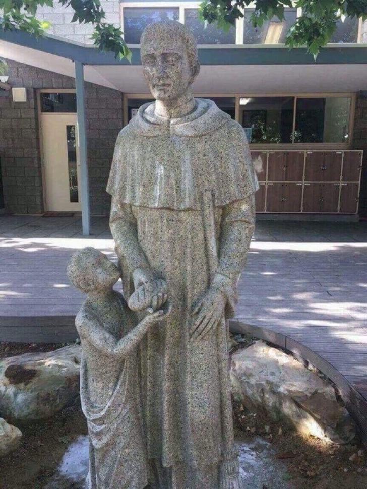 O statuie dintr-o școală catolică a fost acoperită pentru că era prea obscenă. Iată ce reprezintă
