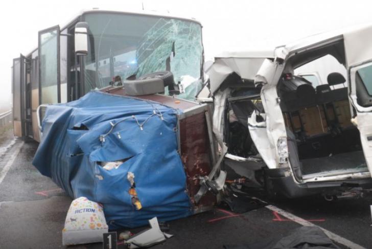 Trei români morţi şi cinci răniţi, într-un grav accident în Ungaria