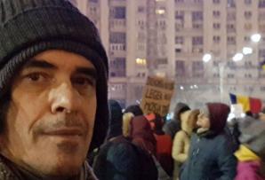 Mircea Cărtărescu, în stradă, printre protestatari