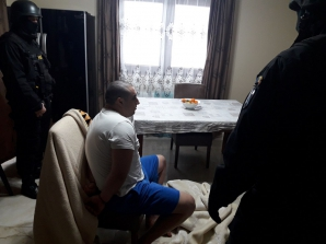 Interlopul care a tăiat cu sabia un polițist