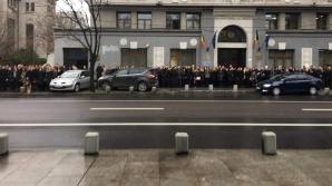Trotuarul a fost ocupat de magistrații protestatari în fața Institutului Național al Magistraturii
