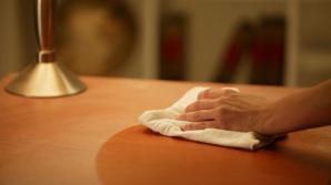 Cu ce să cureți mobila ca să nu se depună praful rapid