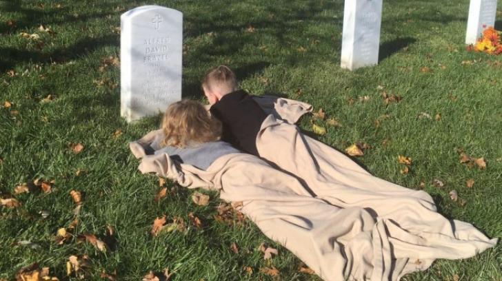 EMOȚIONANT! Momentul în care doi frați vizitează pentru prima dată mormântul tatălui lor
