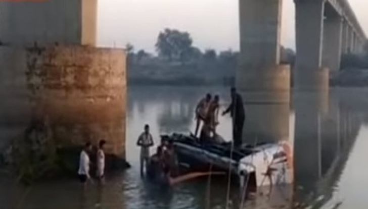 Accident înfiorător! Un autobuz plin cu pasageri a căzut de pe pod: 33 de morţi, peste 20 de răniţi