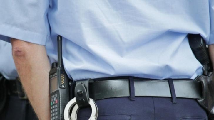 Bărbat care s-a împuşcat cu arma de vânătoare, salvat de un poliţist cu cureaua de la uniformă