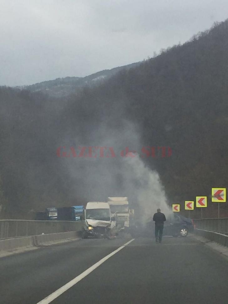 GALERIE FOTO. Accident mortal pe Valea Oltului. Trafic blocat între judeţele Vâlcea şi Sibiu
